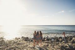 Três jovens mulheres longas bonitas do cabelo nas férias Fotos de Stock Royalty Free