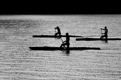 Três kayakers que flutuam no rio Imagem de Stock
