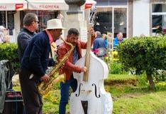 Três músicos da rua que jogam para turistas imagem de stock