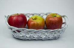 Três maçãs em uma cesta fotos de stock royalty free