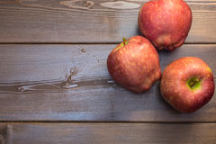 Três maçãs na tabela de madeira Fotografia de Stock