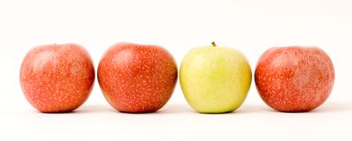 Três maçãs vermelhas e uma maçã verde Fotos de Stock