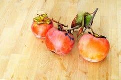 Três maduros e levemente caqui, frutos healty orgânicos e naturais Imagem de Stock