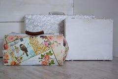 Três malas de viagem retros em um fundo de madeira branco Foto de Stock Royalty Free