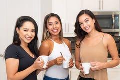 Três mamãs na cozinha imagem de stock