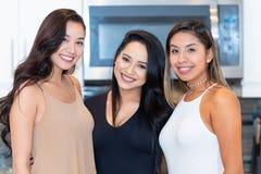 Três mamãs na cozinha fotos de stock