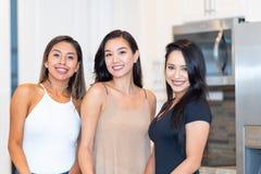 Três mamãs na cozinha imagem de stock royalty free
