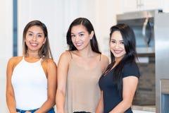 Três mamãs na cozinha fotos de stock royalty free