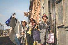 Três melhores amigos que andam na rua Foto de Stock Royalty Free