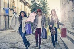 Três melhores amigos que correm na rua Fêmeas novas o melhor franco Imagem de Stock Royalty Free