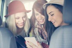 Três melhores amigos que montam no carro Três melhores amigos no Foto de Stock