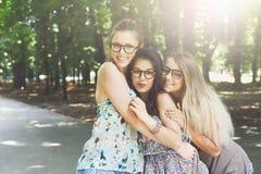 Três meninas à moda chiques do boho novo bonito que andam no parque Foto de Stock Royalty Free