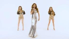Três meninas bonitas estão cantando no estúdio Estão em um fundo isolado branco filme