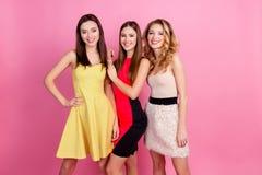 Três meninas bonitas felizes, tempo do partido de meninas à moda agrupam i Foto de Stock