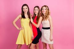 Três meninas bonitas felizes, tempo do partido de meninas à moda agrupam i Fotos de Stock Royalty Free