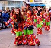 Três meninas bonitas que levantam na parada de carnaval na Croácia, em Fiume, em fevereiro de 2018 Fotos de Stock Royalty Free