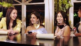 Três meninas bonitas que obtêm sua ordem na barra vídeos de arquivo