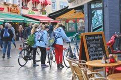 Três meninas com as bicicletas em Valkenburg. Imagens de Stock