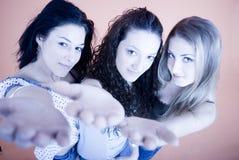 Três meninas com distribuem. fotos de stock