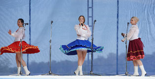 Três meninas com grinaldas cantam na trindade Fotos de Stock Royalty Free