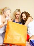 Três meninas com sacos de compra fotografia de stock