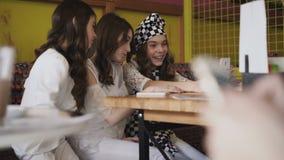 Três meninas consideravelmente alegres que tomam selfies no café 4K video estoque