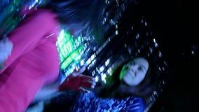 Três meninas dançam energeticamente disparado por uma câmera dinâmica vídeos de arquivo
