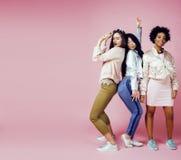 Três meninas diferentes da nação com o diversuty na pele, cabelo Asiático Imagens de Stock