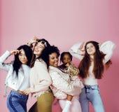 Três meninas diferentes da nação com o diversuty na pele, cabelo Asiático Imagem de Stock