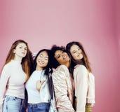 Três meninas diferentes da nação com o diversuty na pele, cabelo Asiático Foto de Stock Royalty Free