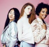 Três meninas diferentes da nação com o diversuty na pele, cabelo Asiático Fotos de Stock Royalty Free