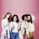 Três meninas diferentes da nação com o diversuty na pele, cabelo Asiático Fotos de Stock