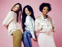 Três meninas diferentes da nação com o diversuty na pele, cabelo Asiático, escandinavo, emocional alegre afro-americano Imagem de Stock