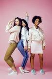 Três meninas diferentes da nação com o diversuty na pele, cabelo Asiático, escandinavo, emocional alegre afro-americano Fotos de Stock