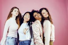 Três meninas diferentes da nação com o diversuty na pele, cabelo Asiático, escandinavo, emocional alegre afro-americano Imagens de Stock Royalty Free