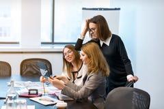 Três meninas do negócio decidem problemas no trabalho Imagens de Stock