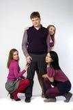 Três meninas em torno de um homem Imagens de Stock