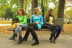 Três meninas em um banco foto de stock royalty free