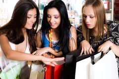 Três meninas estão comprando Fotos de Stock Royalty Free
