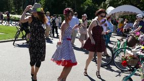 Três meninas estão dançando no parque filme