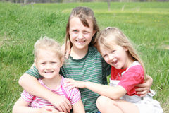 Três meninas felizes na luz do sol. Foto de Stock Royalty Free