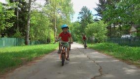 Três meninos ativos que montam bicicletas filme