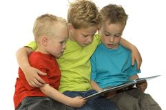 Três meninos de leitura Fotografia de Stock Royalty Free