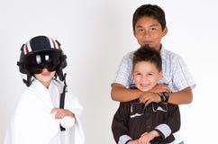 Três meninos latino-americanos pequenos que jogam na frente de Foto de Stock