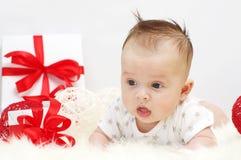 Três-meses agradáveis do bebê com presente Fotos de Stock Royalty Free