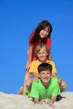 Três miúdos na praia foto de stock