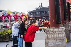Três moças que tomaram selfies com seus telefones celulares no ponto cênico Fotografia de Stock