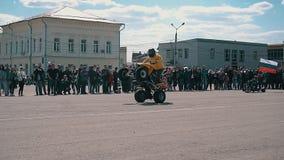Três motociclista executam conluios coletivos em motocicletas na abertura da estação da bicicleta Planta geral filme