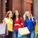 Três mulheres bonitas que vão abaixo da rua Foto de Stock