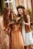 Três mulheres com grinaldas Fotografia de Stock Royalty Free